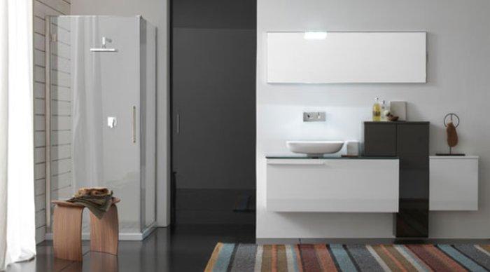 Accessori bagno grigio idee per il design della casa - Bagno grigio e bianco ...