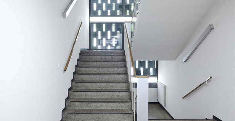 Colori parti condominiali facciate esterne e pareti interne for Lampadari per vani scale