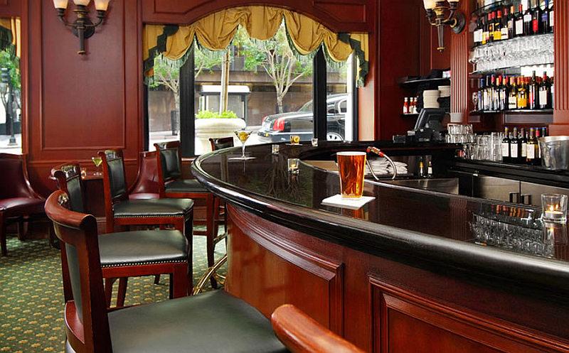 Come arredare un bar mobili colori pareti for Arredare un pub