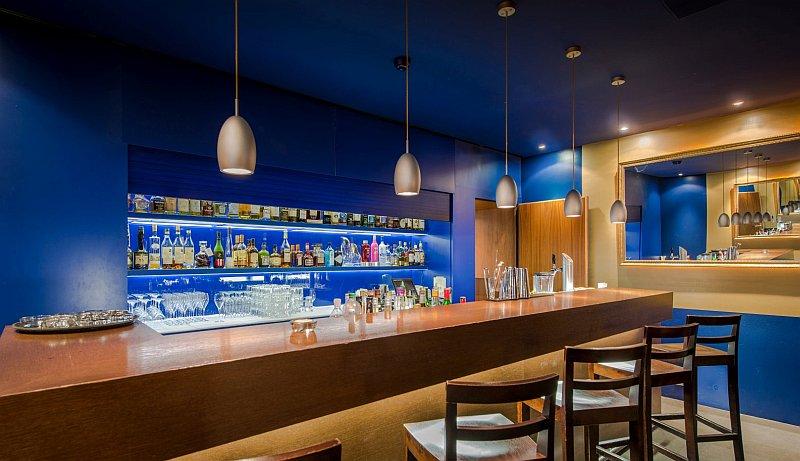 Come arredare un bar mobili colori pareti for Arredare un bar
