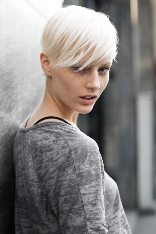 d81271ef4 capelli-corti-biondi-taglio-colore-esempio-donna-tintura-