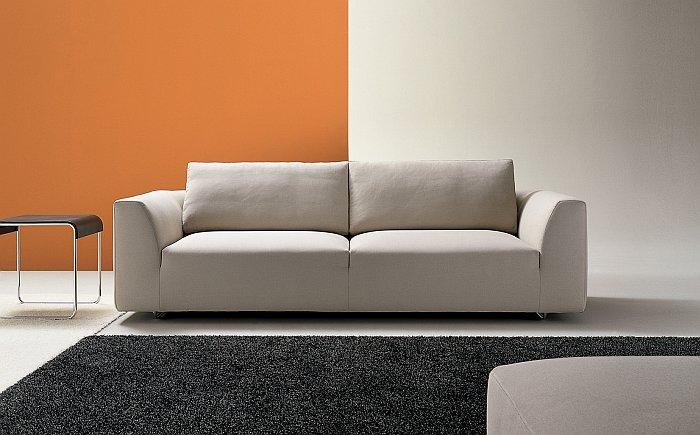 Divani a 2 posti quali colori utilizzare for Divano blu colore pareti