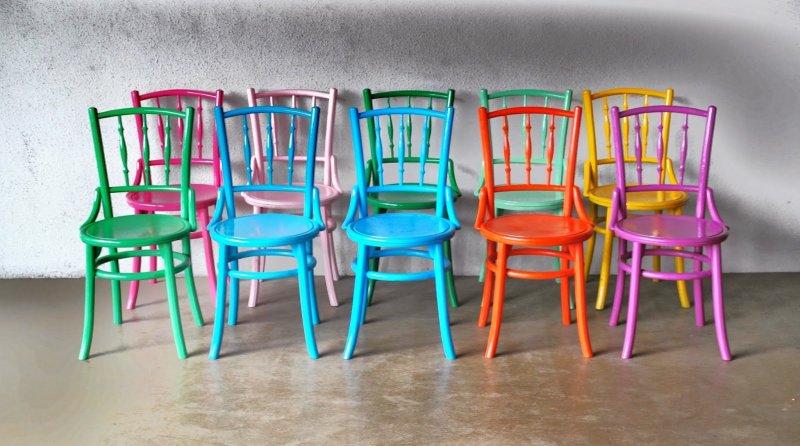 Sedie colorate: come abbinarle a tavolo, mobili e pareti